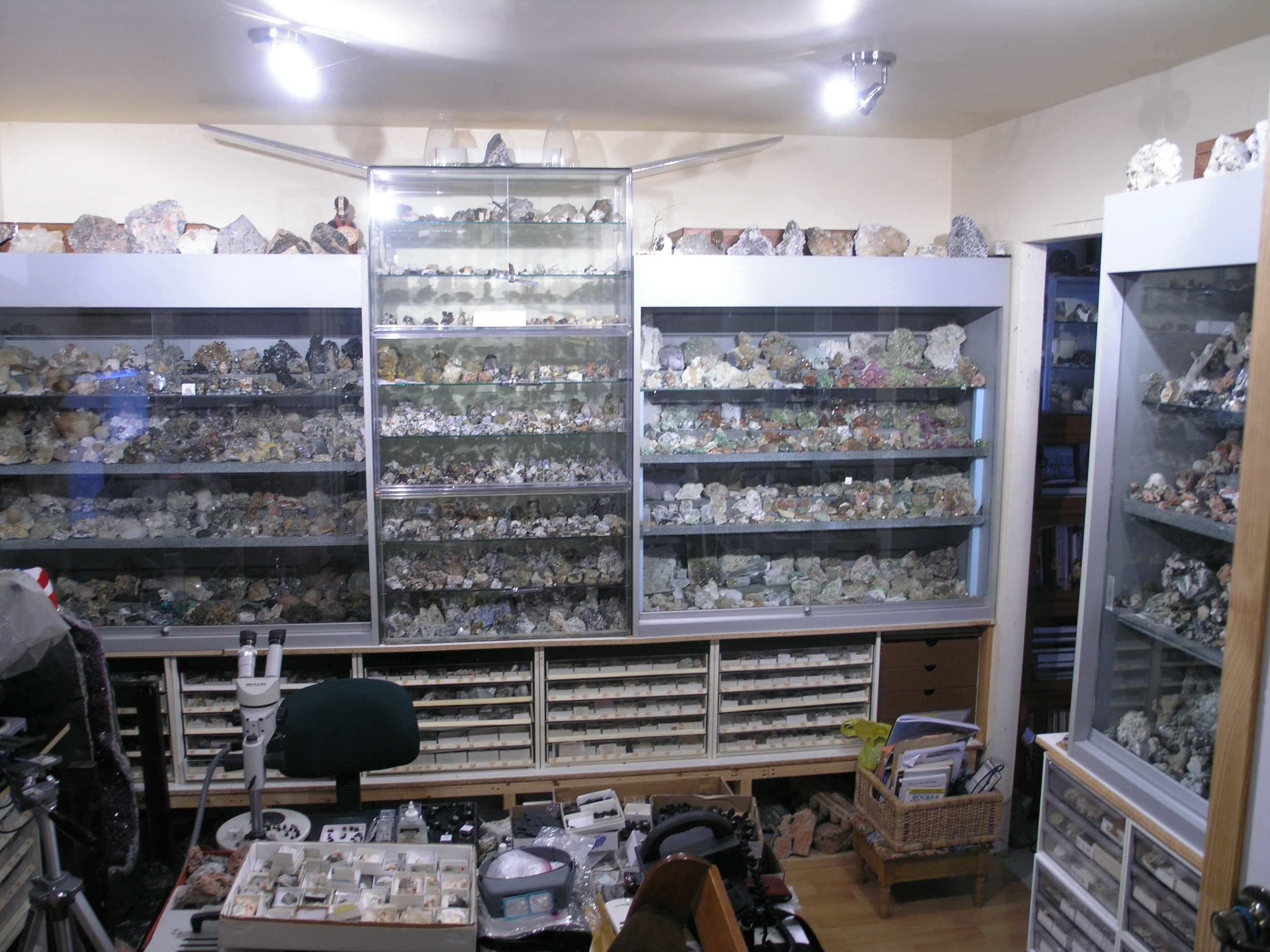 Collection room partial view in - Contact us - Jonathan's Mineral Exchange